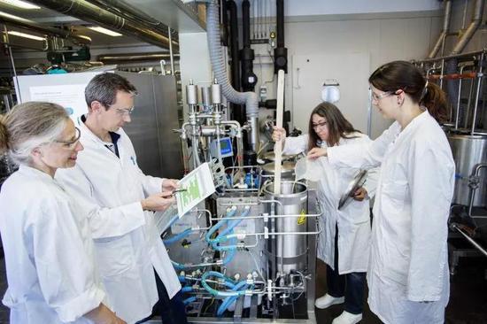 实验人员的目的是尽可能完整地制定麦芽制造、酿造和发酵操作的科学依据