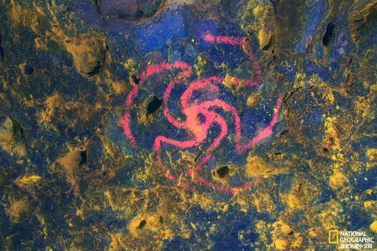 一些研究者认为,风车洞里的独特艺术作品代表的是一种曼陀罗花,采用随着时间流逝会褪色的赭石颜料创作而成。右侧的设计使用了DStretch工具,视觉效果得到了增强。摄影:DEVLIN GANDY