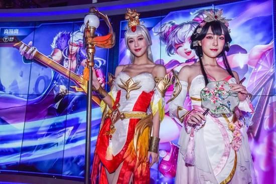 2018腾讯游戏嘉年华上表演的coser。@视觉中国