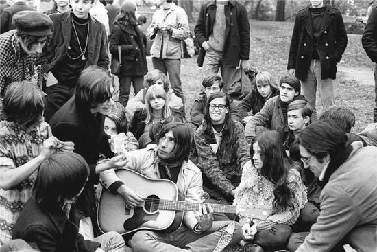 硅谷精神发端于嬉皮士运动、反战和无政府主义等1960年代的美国人文思想实验