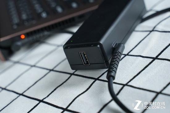 适配器上带有USB接口,出行时只需要带一些充电线即可,不需要再带充电器了