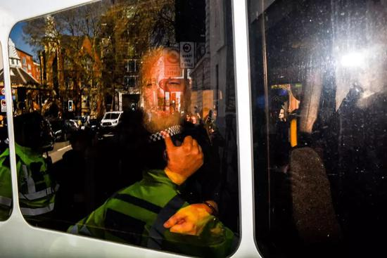 阿桑奇在警车里 | 视觉中国