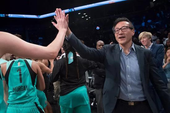 蔡崇信觀戰WNBA季前賽