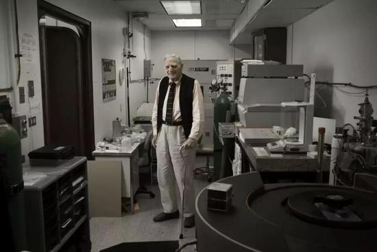 Goodenough 在德州大学奥斯汀分校的实验室中