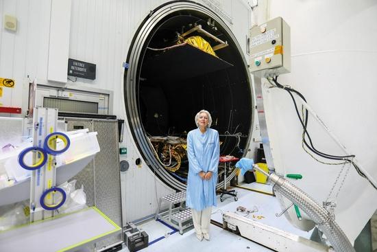 投资人、行业先驱坎迪斯·约翰逊站在模拟太空恶劣条件的卫星测试舱前。图片来源:COURTESY OF THALES ALENIA SPACE