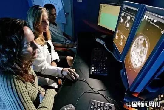 在美国加利福尼亚州圣迭戈的一所医院里,医护人员正在分析癌症患者的病灶扫描影像。图/IC
