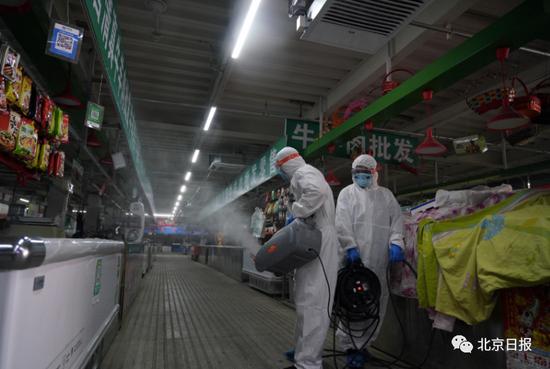6月19日,北京大兴区万源吉庆农副产品市场,工作人员在对市场环境进行全面消杀。