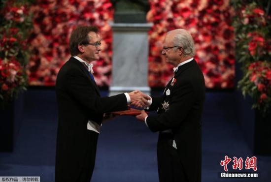 資料圖:2016年12月10日,諾貝爾頒獎儀式在瑞典首都斯德哥爾摩舉行,圖爲瑞典國王卡爾十六世·古斯塔夫(右)爲諾貝爾化學獎獲得者之一伯納德·費林加頒獎。