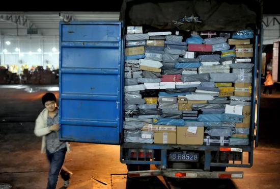 大红鹰娱乐35·重庆一油罐车被洪水卷入涪江 擦桥而过距离仅一米