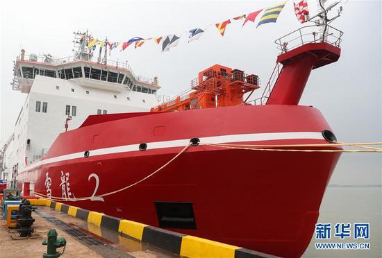 """7月11日,""""雪龙2""""号停靠在江南造船(集团)有限责任公司码头。新华社记者 丁汀 摄"""