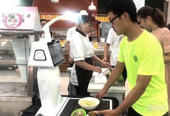 ▲北大食堂卖饭机器人