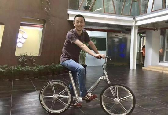 图:李斌试骑刚生产出来的摩拜单车