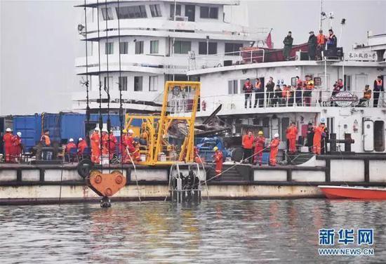 10月31日重庆万州公交车坠江事故救援现场