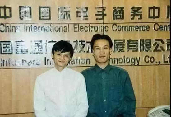 当年的马云(左)与谢世煌(右)