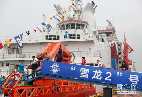 """7月11日,参观者登上""""雪龙2""""号。新华社记者 丁汀 摄"""
