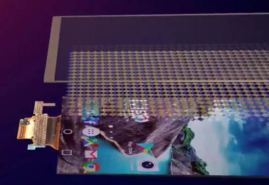 圖 | 手機屏幕上中下三層分別爲保護層、觸控屏、顯示屏 來源:giphy