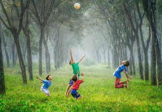 本该在自然中嬉戏的孩子们,如今却沉迷在网络的世界里。/Unsplash