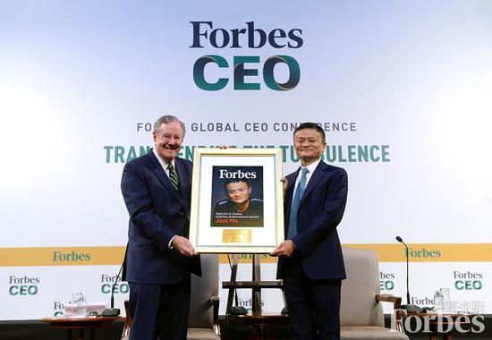 馬雲在新加坡參加福布斯全球總裁會議,與史蒂夫·福布斯對話並獲得終身成就獎。圖片來源:Forbes Asia