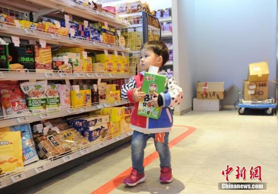 材料图:小朋友在无人超市内选择产品。刘栋 摄