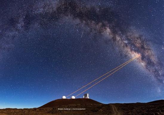 凯克望远镜制造的激光导星。AO与散斑成像结合将获得高精度图像。图源:Ethan Tweedy Photography/ethantweedie.com