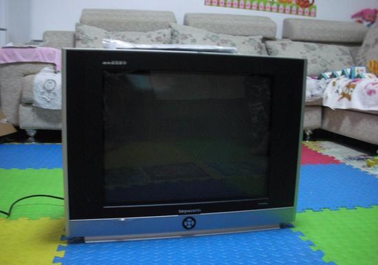CRT电视机的结构是一根真空管,里面有一个或多个电子枪。