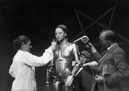 德国表现主义大师弗里茨·朗导演的《大都会》(1927)