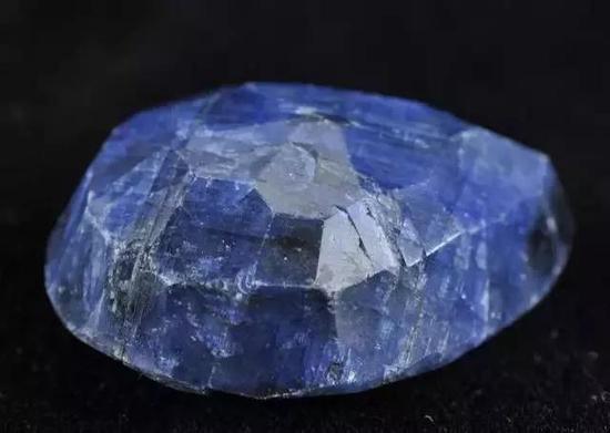 2-天然藍寶石單晶,爲半自形晶(圖片來源:百度圖片)