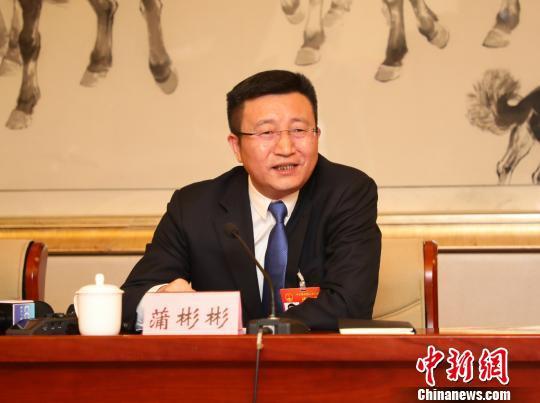 图为全国人大代表、重庆市垫江县委书记蒲彬彬。 钟欣 摄