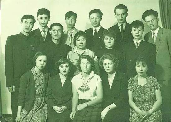 留学苏联时的合影(摄于 1960 年,前排左一为张弥曼)