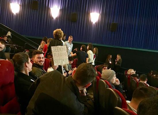 """(一位创业者高举着""""求融资""""的牌子。图片来源:《财经》)"""