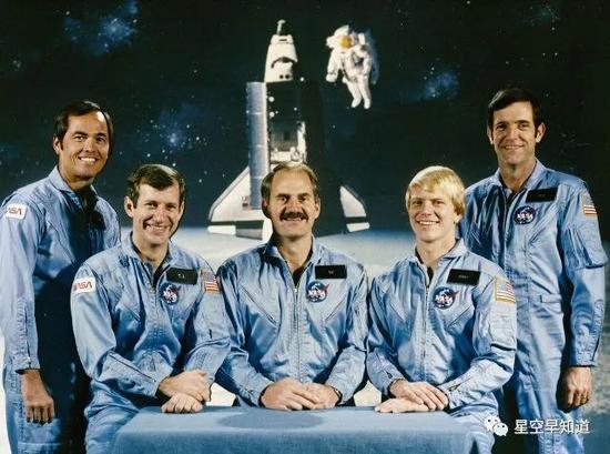 执行STS-41C任务的5位宇航员,中间为霍夫曼,右侧第二位是尼尔森来源:NASA