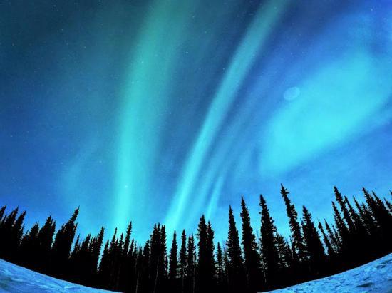 阿拉斯加上空的蓝色极光片(源自www.mimski.com/)