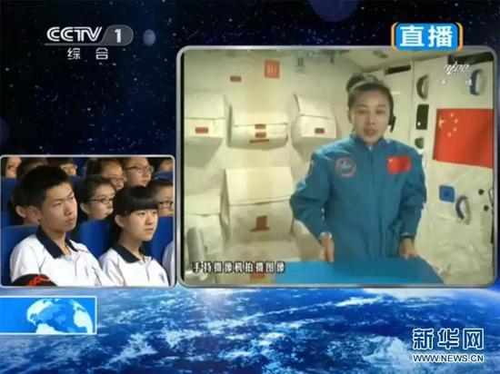 天宫一号中的太空授课,图自新华社