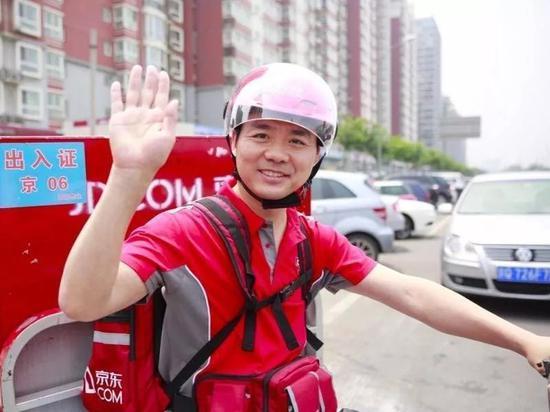 图:刘强东亲自为客户送货