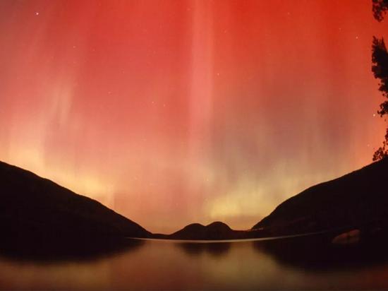 美国阿卡迪亚国家公园上空的红色极光(Michael Melford摄)