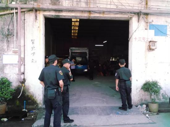 2015年9月,警方查扣一處存放假冒LV產品的倉庫。
