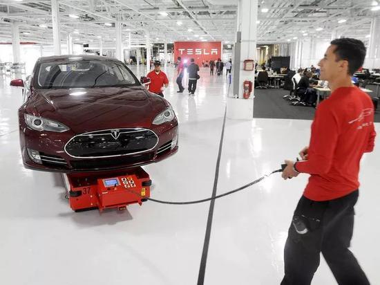 运营经理Mark Cuyler正在转移一辆Model S电动车图片来源:REUTERS/Noah Berger