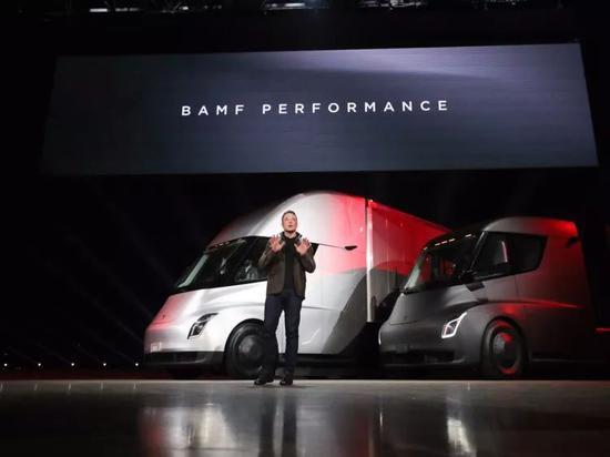 特斯拉半年会议上,埃隆·马斯克正在讲话图片来源:Tesla
