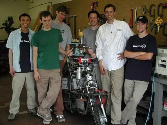 """莱万多斯基(右二)与其团队研发了""""恶灵骑士""""无人驾驶摩托"""