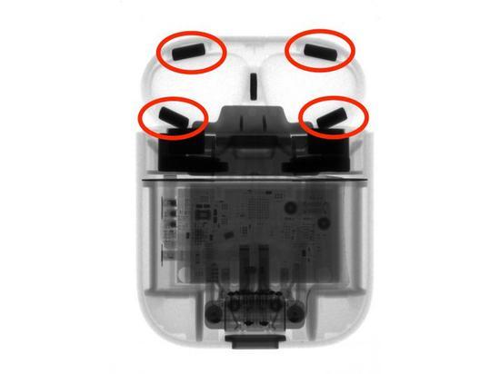 ▲ AirPods 充電盒頂部蓋子也藏了四個磁鐵。圖片來自:iFixit