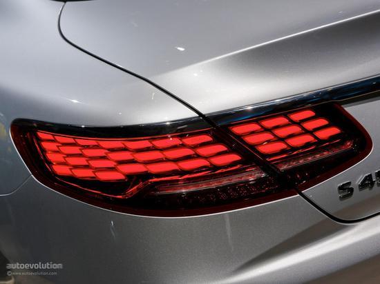 2018款梅赛德斯-奔驰S级Coupe的OLED尾灯(图源:autoevolution)