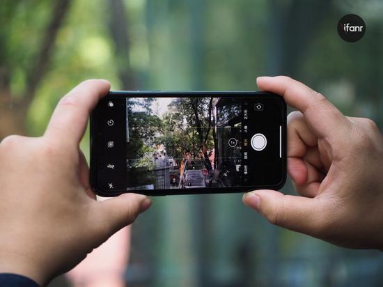比如說,三星的 Galaxy S6 和 Galaxy S7 的相機區別。