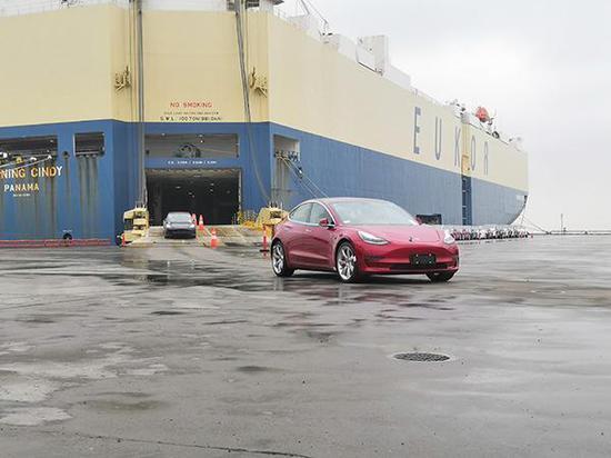 2月22日,特斯拉轿车正在驶入上海港。本文图片均由 澎湃新闻记者 杨帆 摄