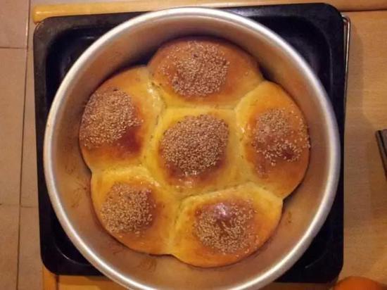 图5。 原先分立的面团经烘烤长大后,两面团边界就是面团?#34892;?#36830;线的垂直平分线,这些垂直平分线围成的多边形就决定了面包的形状。