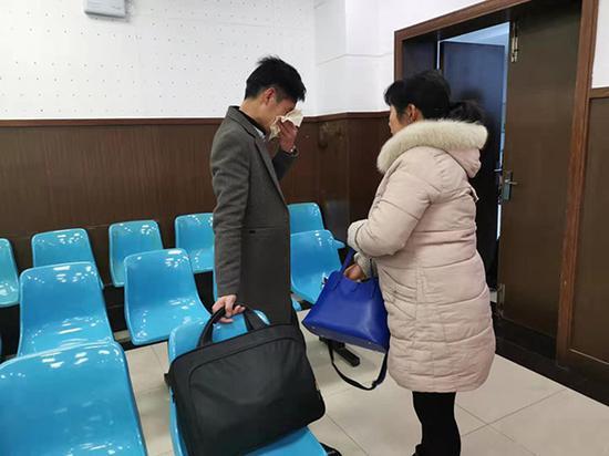 """3月8日,长沙市天心区法院,9名""""90后""""被判刑后,旁听席一名大学生被告人的父母忍不住掩面而泣。"""