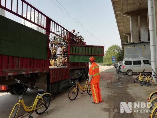 濟南二環北路的這些單車,不知將要被清運到何處圖片來源:每經記者 彭斐 攝
