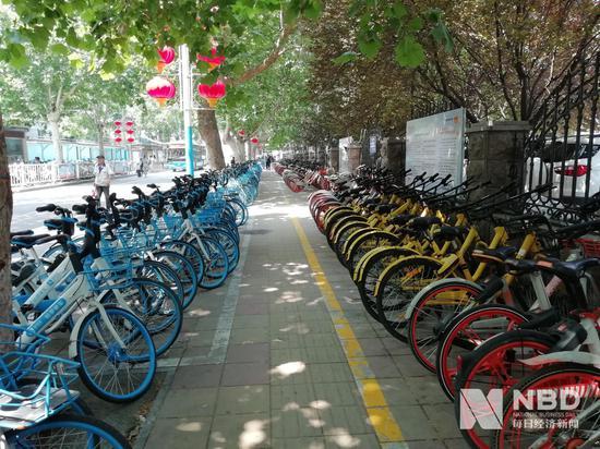 濟南火車站附近的共享單車停放處,小黃車數量較少圖片來源:每經記者 彭斐 攝