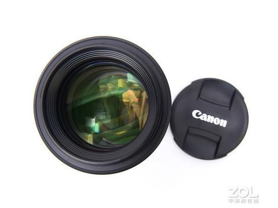 镜头镀膜呈绿色及黄色,该镜头采用内对焦设计,带来了更好的密封性