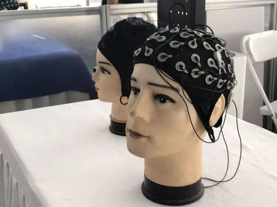 選手們使用的腦電帽屬於無創腦機接口設備