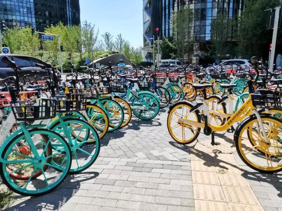 北京向阳区保利国际广场停放的同享单车图 /燃财经